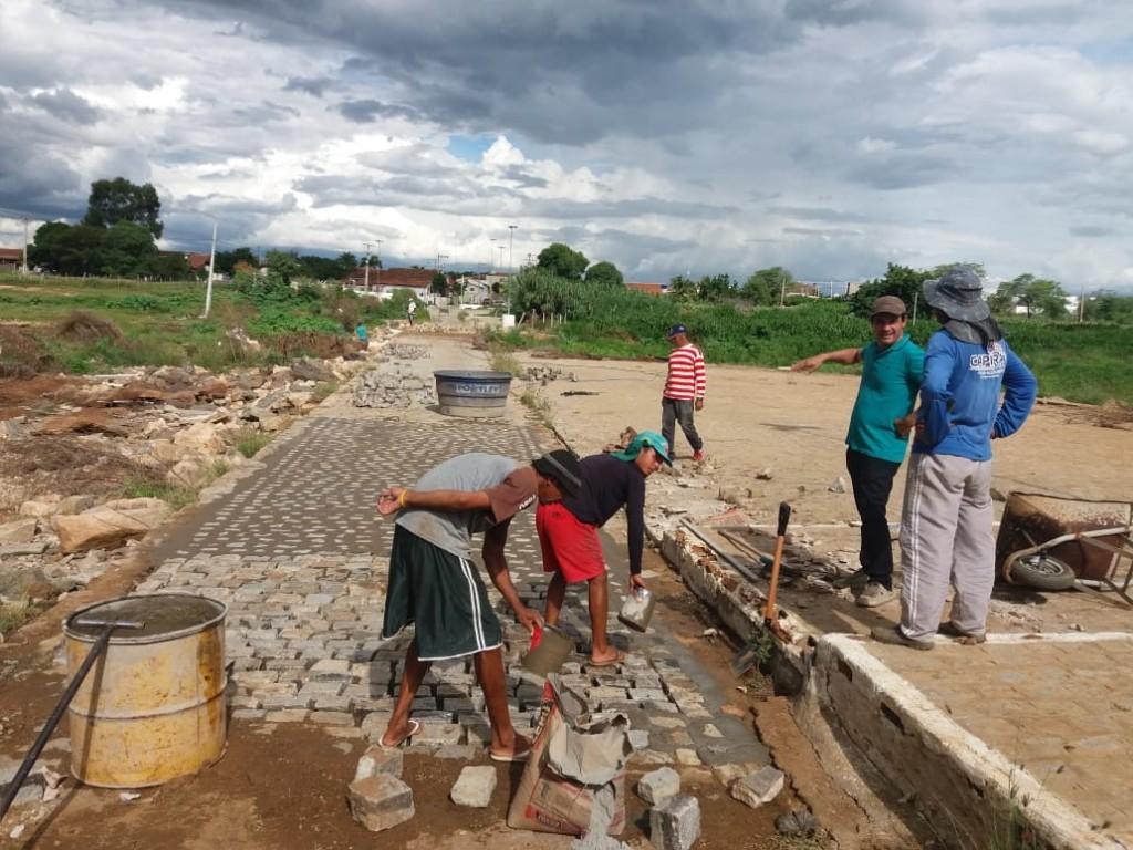 Prefeitura do Congo realiza trabalho de recuperação de passagem molhada na entrada da cidade