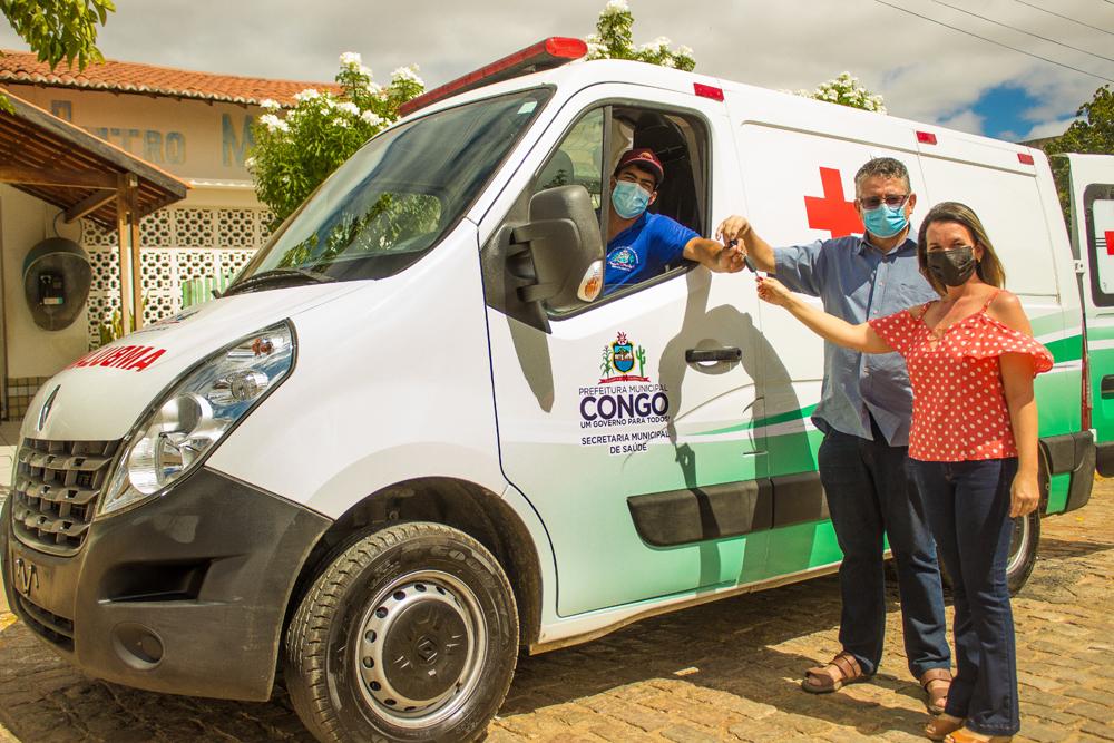prefeito Romualdo Quirino fez a entrega de uma nova ambulância na cidade.