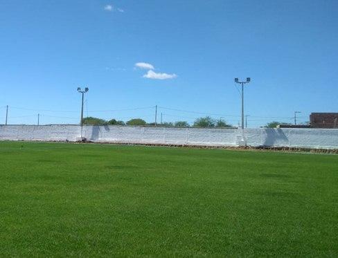 Prefeitura de Congo inicia instalação da nova iluminação do estádio municipal